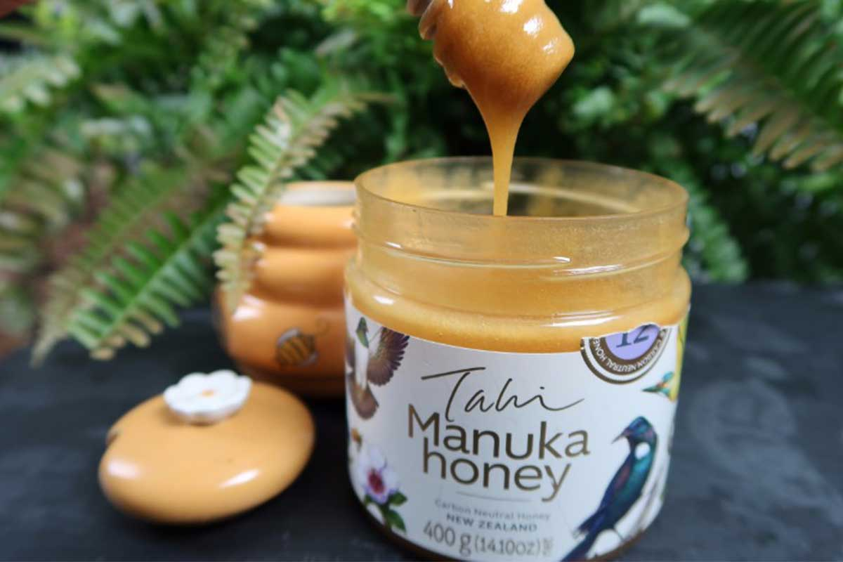 Only use non-metallic spoons made of wood, plastic or porcelain to dip into manuka honey.